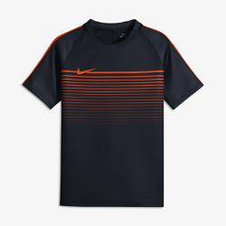 NoneИгровая футболка с коротким рукавом для школьников Nike Dry Squad позволяет сохранять ощущение прохлады и обеспечивает комфорт и свободу движений на поле.<br>