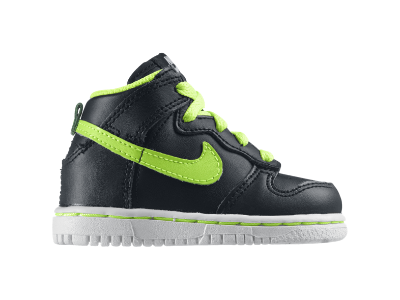 Start him off right in the Nike Dunk High (2c-10c) Boys' Shoe,