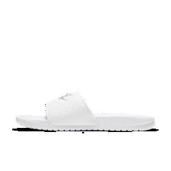 Женские сандалии Nike BenassiЖенские сандалии Nike Benassi с комфортным облегающим верхом украшены крупным логотипом, подчеркивающим спортивный стиль. Цельная подошва из пеноматериала обеспечивает легкость и защиту от ударных нагрузок.<br>