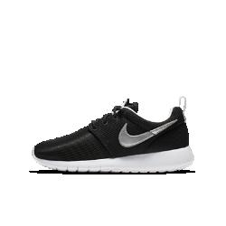 Кроссовки для школьников Nike Roshe OneНевероятно легкие и воздухопроницаемые кроссовки для школьников Nike Roshe One с верхом из текстиля и подошвой из мягкого пеноматериала. Главное качество этих кроссовок— универсальность. Их можно носить с носком или без, со спортивной или более формальной одеждой, они идеально подойдут для прогулок и активного отдыха.<br>