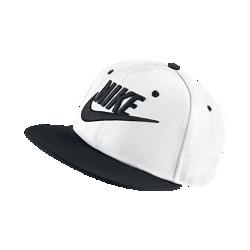 Бейсболка с застежкой для школьников Nike Futura TrueБейсболка для школьников Nike Futura True с застежками сзади для регулировки посадки выполнена в ярких цветах, которые придают спортивный вид и привлекают внимание.<br>
