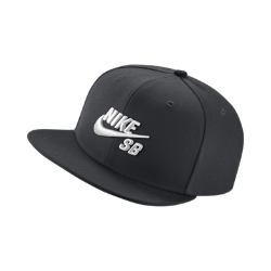 Бейсболка с застежкой Nike SB IconБейсболка с застежкой Nike SB Icon классического кроя дополнена плоским козырьком и трехмерной вышивкой.Застежка на кнопках сзади позволяет регулировать посадку.<br>