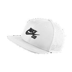 Бейсболка с сетчатыми панелями Nike SB PerformanceБейсболка Nike SB Performance с рельефной вышивкой, плоским козырьком и панелями из сетки с открытыми отверстиями обеспечивает превосходную вентиляцию и создает образ в классическом стиле.<br>