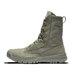 Мужские ботинки Nike SFB Field 20,5 смМужские ботинки Nike SFB Field 20,5 см — это современные спортивные ботинки, созданные для сотрудников служб оперативного реагирования. Воздухопроницаемая парусина и верх из прочной синтетической кожи в сочетании с динамической системой шнуровки обеспечивают надежную фиксацию, невероятную легкость и комфорт. Подметка дополнена рельефным рисунком протектора и внутренним твердым щитком для сцепления с разными видами поверхности и защиты от проколов.  Дизайн  Сотрудники служб оперативного реагирования являются атлетами в полном смысле этого слова, однако их движения имеют гораздо более важную роль. Чтобы удовлетворитьтребования к интенсивным физическим нагрузкам, дизайнеры Nike SFB разработали новейшую технологию создания спортивной обуви. Передняя часть подошвы устойчива к проколам и разрывам, а подошва обеспечивает невероятную гибкость и амортизацию, гарантируя плавный переход с пятки на носок. Резиновая подметка дополнена направленными в обратную сторону выступами и слегка приподнятой областью пятки для лучшего сцепления при движении под уклон.  Удобство  Динамическая система шнуровки позволяет удерживать стопу на месте и обеспечивает комфортную адаптивную посадку при длительном ношении.  Вентиляция  Ботинки Nike Special Field Boot созданы с использованием воздухопроницаемых быстросохнущих материалов для комфорта в теплую погоду.<br>