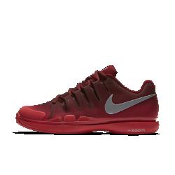 Мужские теннисные кроссовки NikeCourt Zoom Vapor 9.5 TourМужские теннисные кроссовки NikeCourt Zoom Vapor 9.5 Tour плотно прилегают к ноге, обеспечивая надежную посадку, а их превосходная амортизация гарантирует комфорт при резких поворотах и спринтах.  Плотная посадка  Система Dynamic Fit облегает среднюю часть и свод стопы. Она обеспечивает оптимальную стабилизацию и не сдерживает движения при быстрых поворотах.  Уверенное сцепление  Подметка с зигзагообразным рисунком и увеличенной в зонах максимального износа толщиной протектора создает сцепление с разными поверхностями. Смесь на основе износостойкой резины в области пятки и передней части увеличивает прочность.  Оптимальная амортизация  Вставки Zoom Air в области пятки обеспечивают превосходную амортизацию во время тренировок и матчей.<br>