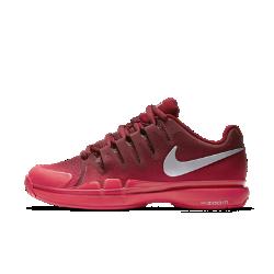 Женские теннисные кроссовки NikeCourt Zoom Vapor 9.5 TourЖенские теннисные кроссовки NikeCourt Zoom Vapor 9.5 Tour плотно прилегают к ноге, обеспечивая надежную посадку, а их превосходная амортизация гарантирует комфорт при резких поворотах и спринтах.  Плотная посадка  Система Dynamic Fit облегает среднюю часть и свод стопы. Она обеспечивает оптимальную стабилизацию и не сдерживает движения при быстрых поворотах.  Уверенное сцепление  Подметка с зигзагообразным рисунком и увеличенной в зонах максимального износа толщиной протектора создает сцепление с разными поверхностями. Смесь на основе износостойкой резины в области пятки и передней части увеличивает прочность.  Оптимальная амортизация  Вставки Zoom Air в области пятки обеспечивают превосходную амортизацию во время тренировок и матчей.<br>
