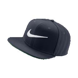 Бейсболка с застежкой Nike Pro SwooshБейсболка Nike Pro Swoosh — обновленная версия классической спортивной модели с плоским козырьком, трехмерной вышивкой и застежкой на кнопке для регулируемой посадки.<br>