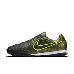 Футбольные бутсы для игры в зале Nike Magista OndaФутбольные бутсы для игры в зале Nike Magista Onda созданы для игроков, которым нужен контроль мяча во время игры. Рельефный текстурный верх из синтетической кожи обеспечивает высокую точность удара, передач и ведения мяча. Прочная резиновая подметка обеспечивает эффективное сцепление с покрытием в зале.<br>