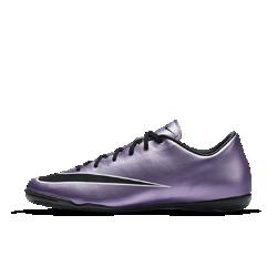 Футбольные бутсы для игры в зале/на поле Nike Mercurial Victory VФутбольные бутсы для игры в зале/на поле Nike Mercurial Victory V Leather с контурной прошивкой обеспечивают взрывную скорость. Не оставляющая следов резиновая подметка позволяет молниеносно перемещаться по поверхности в зале или на улице.  Всесторонняя фиксация  Эргономичный верх из износостойкой мягкой синтетической ткани для плотной посадки, взрывной скорости и оптимальной поддержки.  Оптимальное касание мяча  Верх из синтетической ткани с микрорельефом для высокой скорости и лучшего касания мяча.<br>