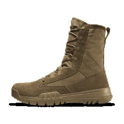 Мужские ботинки Nike SFB Field Leather 20,5 смСОЗДАНО ДЛЯ ОПЕРАТИВНЫХ СЛУЖБ  Мужские ботинки Nike SFB Field Leather 20,5 см созданы для сотрудников служб оперативного реагирования и полностью соответствуют стандарту AR670-1. Комбинированный верх из кожии динамическая система шнуровки обеспечивают комфорт и фиксацию, тогда как подметка со специальным рисунком и твердый внутренний щиток отвечают за сцепление с разными типами поверхности.  СООТВЕТСТВИЕ АРМЕЙСКОМУ СТАНДАРТУ AR670-1  Обувь Nike SFB защищена от проколов в передней части стопы. Гибкая подошва и резиновая подметка с направленными в обратную сторону выступами обеспечивают амортизациюи отличное сцепление при ходьбе и беге под гору.  ИДЕАЛЬНАЯ ПОСАДКА  Динамическая система шнуровки препятствует смещению стопы в обуви и обеспечивает комфортную адаптивную посадку при длительном ношении.  ВЕНТИЛЯЦИЯ  Ботинки SFB созданы с использованием воздухопроницаемых быстросохнущих материалов для комфорта в теплую погоду.  ДРУГИЕ ПРЕИМУЩЕСТВА  Верх из кожи и дышащей парусины для прочности, комфорта и вентиляции Динамическая система шнуровки и высота 20,5 см для надежной посадки и поддержки Подошва из материала Phylon обеспечивает стабилизацию и амортизацию без утяжеления Резиновая подметка с функциональным рисунком для лучшего сцепления и прочности Твердый внутренний щиток для распределения давления на стопу и защиты от проколов  ИСТОРИЯ СОЗДАНИЯ  Во время Второй мировой войны Билл Бауэрман, один из основателей компании Nike, служил в 10-й горнострелковой дивизии в Италии. После возвращения он стал ведущим тренером по легкой атлетике в родном Орегонском университете. Именно здесь он совершенствовал свой талант к созданию высокофункциональной обуви для атлетов. Эти ботинки олицетворяют оба мира Бауэрмана. Дизайн  Сотрудники служб оперативного реагирования являются атлетами в полном смысле этого слова, однако их движения имеют гораздо более важную роль. Чтобы удовлетворитьтребования к интенсивным физическим нагрузкам, дизайнер