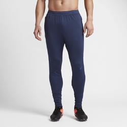Мужские футбольные брюки Nike Dry StrikeМужские футбольные брюки Nike Dry Strike с продуманным инновационным кроем, разработанным специально для игры в футбол, позволяют тренироваться с комфортом на любой скорости.  Свобода движений для высоких скоростей  Анатомическая конструкция с зауженными штанинами и вставками из сетки в нижней части обеспечивает полную свободу движений даже при беге на максимальной скорости.  Отведение влаги  Эластичная ткань с технологией Dri-FIT обеспечивает превосходную воздухопроницаемость и комфорт, отводя влагу на поверхность ткани и позволяя коже дышать.  Надежная посадка и воздухопроницаемость  Пояс Nike Flyvent обеспечивает невероятную воздухопроницаемость и не сковывает движений во время тренировок и соревнований.<br>