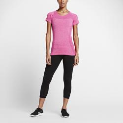 Женский топ для бега Nike Dri-FIT KnitЖенский топ для бега Nike Dri-FIT Knit обладает легкой практически бесшовной конструкцией с воздухопроницаемой вязкой для поддержания комфортной температуры тела во время бега.<br>