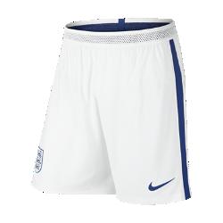 Мужские футбольные шорты Nike England Vapor Match Home/AwayМужские футбольные шорты Nike England Vapor Match Home/Away — копия джерси, в которой выступает национальная сборная Англии по футболу. Технология Nike Aeroswift сочетает водоотталкивающую ткань и специальную конструкцию, позволяя достичь максимальной скорости и невероятного комфорта.  Сохраняй легкость  Специальная ткань с технологией Nike Aeroswift быстро высыхает и остается максимально легкой на протяжении всей игры или тренировки.  Идеальная посадка  Пояс Flyvent обеспечивает надежную посадку, вентиляцию и комфорт, позволяя сконцентрироваться на игре.  Создано для скорости  Обновленная эластичная трикотажная конструкция повторяет каждое движение тела даже на высокой скорости.<br>