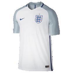 Мужская футбольная джерси 2016 England Vapor Match HomeМужская футбольная джерси 2016 England Vapor Match Home — копия модели, в которой выступает национальная сборная Англии по футболу. Технология Nike Aeroswift сочетает водоотталкивающую ткань и специальную конструкцию, позволяя достичь максимальной скорости и невероятного комфорта.  Сохраняй легкость  Специальная ткань с технологией Nike Aeroswift быстро высыхает и остается максимально легкой на протяжении всей игры или тренировки.  Идеальная посадка  Эластичный трикотажный материал обеспечивает плотную посадку и естественную свободу движений.  Создано для скорости  Рукава из рубчатого материала и эластичный открытый кант повторяют движения тела, помогая развить высокую скорость и сконцентрироваться на игре.<br>