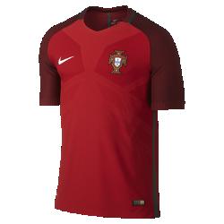 Мужское футбольное джерси 2016 Portugal Match HomeМужское футбольное джерси 2016 Portugal Match Home — реплика джерси, в котором выступают игроки сборной. Технология Nike AeroSwift — сочетание высококачественной влагоотводящей ткани и специальной конструкции для максимальной скорости на поле.<br>
