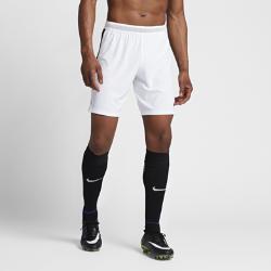 Мужские футбольные шорты Nike Strike AeroSwiftМужские футбольные шорты Nike AeroSwift Strike из легкой дышащей ткани обеспечивают свободу движений при игре на максимальной скорости.  ОХЛАЖДЕНИЕ  Технология AeroSwift задействует легкую ткань с дополнительной вентиляцией в зонах повышенного тепловыделения, обеспечивая охлаждение при интенсивных нагрузках.  СВОБОДА ДВИЖЕНИЙ  Эластичные боковые вставки из рубчатого материала не сковывают движений при беге и прыжках. При движении они растягиваются, открывая контрастный цвет.  НАДЕЖНАЯ ПОСАДКА И ВОЗДУХОПРОНИЦАЕМОСТЬ  Пояс Flyvent не увеличивает объем, усиливая воздухопроницаемость для ощущения прохлады и комфорта.<br>