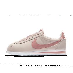 Женские кроссовки Nike Classic Cortez NylonЖенские кроссовки Nike Classic Cortez Nylon — это оригинальная беговая модель Nike, созданная Биллом Бауэрманом и выпущенная в 1972 году. Новая версия с легким верхом из нейлона инакладками из замши создает образ в ретростиле.<br>