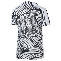 Игровая футболка для школьников Nike Graphic (Neymar) (XS–XL)Игровая футболка для школьников Nike Graphic (Neymar) отдает дань уважения великому атлету с помощью уникальной графики, созданной по мотивам его татуировок. Сетка обеспечивает вентиляцию и комфорт во время игры на поле.<br>
