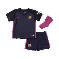 Футбольный комплект для малышей 2016/17 FC Barcelona Stadium AwayФутбольный комплект для малышей 2016/17 FC Barcelona Stadium Away включает джерси, шорты и носки в расцветке домашней формы. Воздухопроницаемая ткань обеспечивает максимальный комфорт.<br>
