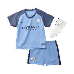 Футбольный комплект для малышей 2016/17 Manchester City FC Stadium HomeФутбольный комплект для малышей 2016/17 Manchester City FC Stadium Home включает джерси, шорты и носки в расцветке домашней формы. Воздухопроницаемая ткань обеспечивает максимальный комфорт.<br>