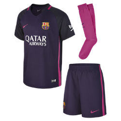 Футбольный комплект для дошкольников 2016/17 FC Barcelona Stadium Away (3–8 лет)Футбольный комплект для дошкольников 2016/17 FC Barcelona Stadium Away включает джерси, шорты и носки из воздухопроницаемой ткани с символикой команды.<br>