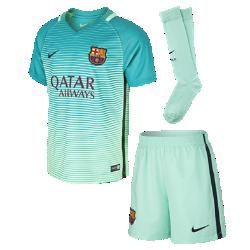 Футбольный комплект для дошкольников 2016/17 FC Barcelona Stadium Third (3–8 лет)Футбольный комплект для дошкольников 2016/17 FC Barcelona Stadium Third включает джерси с коротким рукавом, шорты и носки из воздухопроницаемой ткани с символикой команды.<br>