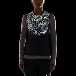 Женский беговой жилет Nike Aeroloft FlashКомпактно складывающийся женский беговой жилет Nike Aeroloft Flash согревает и обеспечивает невесомый комфорт в холодную влажную погоду, а светоотражающие детали делают тебя заметнее в темное время суток.  Больше светоотражающих элементов  Светоотражающий принт на верхней части делает тебя заметнее в темное время суток.  Защита и тепло  Наполнитель из гусиного пуха плотностью 800 FP обеспечивает превосходную теплоизоляцию при минимальном весе, обеспечивая тепло и полную свободу движений. Прочное водоотталкивающее покрытие защищает от влаги в дождливую погоду.  Возможность компактного складывания  Когда жилет больше не нужен, он легко убирается в боковой карман на молнии. Специальный ремешок для удобной переноски сложенного жилета.<br>