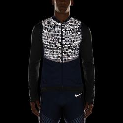 Мужской беговой жилет Nike Aeroloft FlashЛегкий, компактно складывающийся мужской беговой жилет Nike Aeroloft Flash защищает от холода и обеспечивает комфорт, делая тебя заметнее при слабом освещении в холодную влажную погоду.  Больше светоотражающих элементов  Светоотражающий принт на верхней части жилета делает тебя заметнее в темное время суток.  Защита и тепло  Наполнитель из гусиного пуха плотностью 800 FP обеспечивает превосходную теплоизоляцию при минимальном весе, согревая тебя с сохранением полной свободы движений. Модель имеет прочное водоотталкивающее покрытие, которое защищает от влаги в дождливую погоду.  Возможность компактного складывания  Когда жилет больше не нужен, он легко убирается в боковой карман на молнии. Специальный ремешок для удобной переноски сложенного жилета.<br>