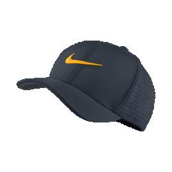 Бейсболка для гольфа Nike Classic 99Бейсболка для гольфа Nike Classic 99 обеспечивает комфортную посадку и исключительную вентиляцию во время игры благодаря эластичной ткани и лазерной перфорации на боковых и задних панелях.<br>