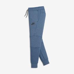Брюки для мальчиков школьного возраста Nike Sportswear Tech FleeceЛегкие брюки для мальчиков школьного возраста Nike Sportswear Tech Fleece с современным облегающим силуэтом отлично сохраняют тепло. Несколько карманов позволяют с удобствомхранить полезные мелочи.  Тепло и легкость  Уникальная трехслойная флисовая ткань Nike Tech Fleece сохраняет тепло, обеспечивая комфорт и создавая стильный образ.  Свобода движений  Облегающий крой и ластовица в области шагового шва для комфорта и полной свободы движений.<br>