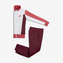 Спортивный костюм для мальчиков школьного возраста Nike Sportswear Warm-UpСпортивный костюм для мальчиков школьного возраста Nike Sportswear Warm-Up включает куртку с полноразмерной молнией и прямые брюки с эластичными отворотами для плотной и удобной посадки.<br>