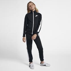 Спортивный костюм для девочек школьного возраста Nike Sportswear Warm-UpСпортивный костюм для девочек школьного возраста Nike Sportswear Warm-Up включает куртку с молнией во всю длину и прямые брюки с эластичными отворотами для плотной и удобнойпосадки.<br>