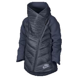 Кейп с технологией AeroLoft для девочек школьного возраста Nike Sportswear Tech FleeceКейп для девочек школьного возраста Nike Sportswear Tech Fleece AeroLoft сочетает две инновационные технологии для тепла, легкости и комфорта в холодную погоду. Асимметричный дизайн и воротник внахлест позволяют создать яркий образ для школы и повседневной жизни.  Тепло и воздухопроницаемость  Технология Nike AeroLoft, сочетающая невесомый наполнитель для защиты от холода и лазерную перфорацию для вентиляции, сохраняет тепло, не допуская перегрева.  Легкость и тепло  Более легкая и гладкая ткань Nike Tech Fleece толщиной 3 мм на воротнике изнутри и рукавах обеспечивает тепло и мягкость классического флиса.  Защита от влаги  Водоотталкивающая ткань, удлиненная нижняя кромка и высокий воротник внахлест обеспечивают абсолютную защиту от холода и влаги.<br>