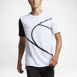 Мужская баскетбольная футболка Nike Court GraphicМужская баскетбольная футболка Nike Court Graphic из влагоотводящей ткани обеспечивает вентиляцию и комфорт.<br>