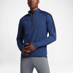 Мужская игровая футболка с длинным рукавом Nike AeroLayer Repel Strike DrillМужская игровая футболка с длинным рукавом Nike AeroLayer Repel Strike Drill обеспечивает тепло, вентиляцию и комфорт благодаря водоотталкивающему внешнему слою, термослою в середине и воздухопроницаемой подкладке.  ТЕПЛО И ВЕНТИЛЯЦИЯ  Технология Nike AeroLayer сочетает в себе водонепроницаемый верхний слой, легкий наполнитель и дышащий внутренний слой для вентиляции и оптимальной защиты от холода.  СВОБОДА ДВИЖЕНИЙ  Эластичная ткань и рукава покроя реглан не сковывают движений и обеспечивают динамическую посадку на любой скорости.<br>