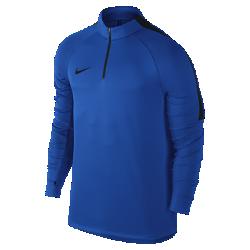 Мужская футболка для футбольного тренинга с длинным рукавом и молнией 1/4 Nike SquadМужская футболка для футбольного тренинга с длинным рукавом и молнией 1/4 Nike Squad, созданная с применением последних футбольных инноваций, позволяет тренироваться скомфортом на любой скорости.  Регулируемая посадка  Конструкция с молнией 1/4 обеспечивает регулируемую защиту, а отверстия для больших пальцев фиксируют рукава. Воротник-стойка и удлиненная нижняя кромка обеспечивают дополнительную защиту.  Дополнительная свобода движений  Анатомические рукава покроя реглан для естественной свободы движений даже на самой высокой скорости.  Комфорт  Технология Dri-FIT обеспечивает превосходную воздухопроницаемость и комфорт, выводя влагу на поверхность ткани и позволяя коже дышать.<br>