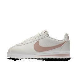 Женские кроссовки Nike Classic CortezЖенские кроссовки Nike Classic Cortez — это оригинальная беговая модель Nike, созданная Биллом Бауэрманом и выпущенная в 1972 году. Новая версия выполнена из натуральной и синтетической кожи для дополнительной прочности.<br>