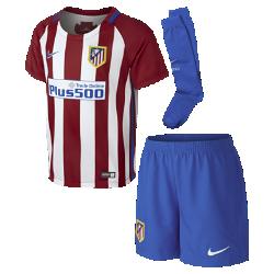 Футбольный комплект для дошкольников 2016/17 Atletico de Madrid Stadium Home (3–8 лет)Футбольный комплект для дошкольников 2016/17 Atletico de Madrid Stadium Home включает джерси, шорты и носки из воздухопроницаемой ткани с символикой команды.<br>