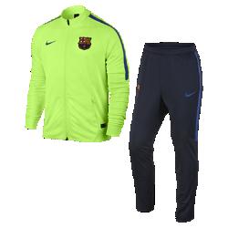 Мужской футбольный комплект для разминки FC BarcelonaМужской футбольный комплект для разминки FC Barcelona состоит из куртки и облегающих брюк, выполненных из влагоотводящей ткани для абсолютного комфорта на поле и за егопределами.<br>