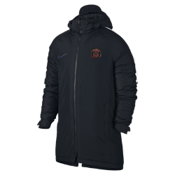 Мужская куртка Paris Saint-GermainМужская куртка Paris Saint-Germain с удлиненным кроем и синтетическим утеплителем удерживает тепло и не пропускает холод, пока ты ожидаешь выхода на поле.<br>