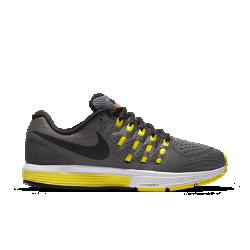 Женские беговые кроссовки Nike Air Zoom Vomero 11Женские беговые кроссовки Nike Air Zoom Vomero 11 — самая удобная в настоящее время версия модели. Кроссовки изготовлены из более мягких материалов, чем ранние модели, но приэтом по-прежнему обеспечивают плавную амортизацию на любой скорости.  Потрясающая мягкость  Мягкий пеноматериал обеспечивает длительную амортизацию. Чтобы обеспечить более плавность движений, для подошвы в области пятки выбран более твердый пеноматериал, а для передней части стопы — более мягкий.  Мгновенная амортизация  Вставки Nike Zoom Air в области пятки и передней части стопы обеспечивают легкость и мгновенную амортизацию, идеальную для стремительного бега. В области пятки внутри обуви добавлена мягкая вставка, которая обеспечивает комфорт и мягкую амортизацию.  Улучшенная посадка  Новая конструкция Flymesh улучшает посадку в передней части стопы, а также обеспечивает вентиляцию и необходимую поддержку. Бортик из более мягких материалов обеспечивает невероятный комфорт, а язычок, выполненный из пеноматериала, позволяет ослабить давление шнуровки.<br>
