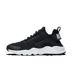 Женские кроссовки Nike Air Huarache UltraЖенские кроссовки Nike Air Huarache Ultra с эластичным цельным верхом, бесшовными литыми деталями и сверхлегкой подошвой легко помещаются в сумку благодаря своему обтекаемому силуэту.  Оптимальная амортизация  Продуманное расположение особых полостей в подошве Ultra облегчает обувь, не снижая прочность материала. Вставка Air в области пятки обеспечивает превосходную амортизацию.<br>