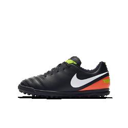 Футбольные бутсы для игры на газоне для дошкольников/школьников Nike Jr. Tiempo IIIФутбольные бутсы для игры на газоне для дошкольников/школьников Nike Jr. Tiempo III идеально подходят для искусственных покрытий благодаря резиновым шипам, которые обеспечивают сцепление, и мягкому текстурированному верху, позволяющему лучше контролировать мяч.<br>