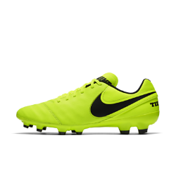 Футбольные бутсы для игры на твердом грунте Nike Tiempo Genio II LeatherФутбольные бутсы для игры на твердом грунте Nike Tiempo Genio II Leather идеально подходят для полей с короткой травой благодаря продуманно расположенным коническим шипам и шипам-лезвиям. Верх из мягкой высококачественной кожи обеспечивает точность во время ведения мяча, пасов и ударов.<br>