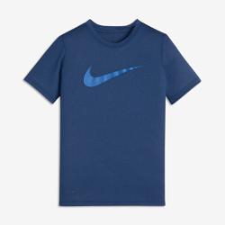 Футболка для тренинга для мальчиков школьного возраста Nike DryФутболка для тренинга для мальчиков школьного возраста Nike Dry из мягкой влагоотводящей ткани обеспечивает комфорт во время тренировки.<br>