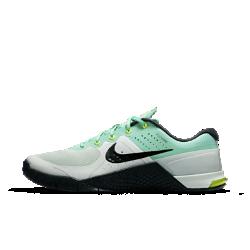Женские кроссовки для тренинга Nike Metcon 2Женские кроссовки для тренинга Nike Metcon 2 отвечают уникальным требованиям высокоинтенсивных тренировок. В них удобно совершать подъемы, бегать, выполнять прыжки и лазать по канату благодаря невероятно низкой и устойчивой пятке, гибкому материалу в передней части стопы и резине высокой плотности.  Стабилизация  Невероятно низкая пятка этих кроссовок обеспечивает исключительную стабилизацию во время приседаний, прыжков и многих других упражнений.  Прочность  Тонкий слой прочной резины покрывает подошву, обеспечивая прочность и износостойкость, необходимые для лазания по канату.  Твердость и гибкость для комфорта  Скрытая подошва достаточно твердая в области пятки, чтобы противостоять нагрузкам при отрыве стопы от поверхности, но мягкая и гибкая в передней части стопы, чтобыобеспечивать комфорт и амортизацию во время бега.<br>