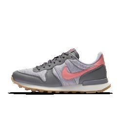 Женские кроссовки Nike InternationalistЖенские кроссовки Nike Internationalist выдержаны в легендарном стиле беговых кроссовок Nike и имеют вид ретро. Комбинированный верх дополнен кожаными накладками для комфорта, прочности и создания первоклассного образа.<br>