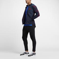 Мужская куртка Nike Sportswear Dynamic RevealМужская куртка Nike Sportswear Dynamic Reveal — это спортивная классика в новом исполнении из инновационной эластичной ткани Nike Tech Knit для естественной посадки и зональной вентиляции.  Естественность движений  Рукава из невероятно мягкой ткани Nike Tech Knit обеспечивают защиту от холода и надежную фиксацию, не сковывая движений и привлекая внимание ярким градиентным переходом во время движения. Изогнутая линия манжет обеспечивает естественность движений запястий.  Воздухопроницаемость  Вставки из микросетки в области подмышек усиливают вентиляцию там, где это необходимо.<br>