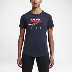 Женская футболка для бега Nike (Great Britain)Женская футболка для бега Nike (Great Britain) из мягкой влагоотводящей ткани обеспечивает комфорт во время бега.<br>