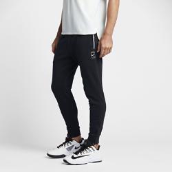 Мужские теннисные брюки NikeCourtМужские теннисные брюки NikeCourt идеально подходят для разминки или тренировки на открытом корте в переменчивую погоду благодаря возможности надевать их поверх шорт.  Абсолютный комфорт  Мягкая и легкая, но прочная ткань пике обеспечивает первоклассный комфорт, а эластичный регулируемый пояс отвечает за надежную посадку.  Функциональность для тренировок  Молнии на отворотах позволяют с удобством снимать и надевать брюки, не снимая обувь. Боковые и задние карманы позволяют хранить важные мелочи для тренировок.  Комфорт  Технология Dri-FIT обеспечивает превосходную воздухопроницаемость и комфорт, выводя влагу на поверхность ткани и позволяя коже дышать.<br>